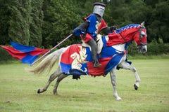 Galoppierendes Pferd und Ritter Stockbilder