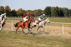 Galopujący biegowi konie i dżokeje obrazy royalty free