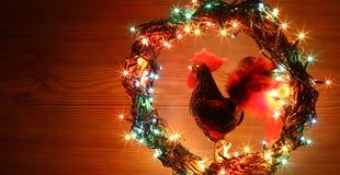Galos feitos à mão do ofício decorações Cartão do molde do feriado do ano novo feliz e do Feliz Natal Fotos de Stock Royalty Free