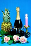 Galowy gość restauracji, blask świecy, wino, ananas, róże zdjęcie stock