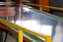 Galvaniserat ark i maskinen f?r vidaref?r?dling royaltyfri bild