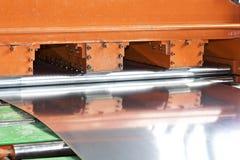 Galvaniserat ark i maskinen f?r vidaref?r?dling arkivfoto