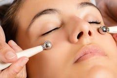 Galvanisk ansikts- behandling med låg nivåströmelektroder arkivbild