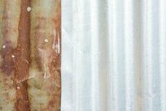 Galvanized成波状了,生锈的纹理,在锌背景的铁锈 免版税库存照片