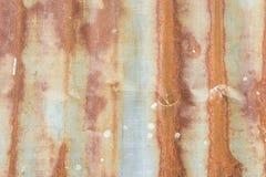 Galvanized corrugou-se, a textura oxidada, oxidação no fundo do zinco imagens de stock royalty free