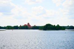 Galvesmeer, mening van het de bakstenenkasteel van Trakai de oude rode royalty-vrije stock afbeelding