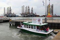 GALVESTON, TEXAS, EUA - 9 DE JUNHO DE 2018: Turistas em um barco da excursão do golfinho de Baywatch no porto de Galveston foto de stock royalty free