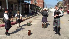 Galveston, TX/USA - circa December 2014: De mensen kleedden zich aangezien de Schotse musici harp in Dickens op het Bundelfestiva stock footage