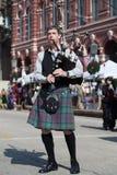 Galveston TX/USA - 12 06 2014: Den manliga musikern i traditionell skotsk dräkt spelar harpan på tusan på trådfestivalen i Galv Royaltyfria Bilder