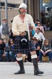 Galveston TX/USA - 12 06 2014: Den manliga musikern i traditionella skotska dräktlekar trummar på tusan på trådfestivalen i Galv Royaltyfri Bild