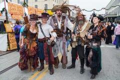 Galveston TX/USA - 12 06 2014: Grupp människor som kläs som fantasi, piratkopierar på tusan på trådfestivalen i Galveston, TX Arkivbild