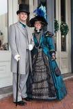 Galveston TX/USA - 12 06 2014: Le iklädd viktoriansk stil för par på tusan på trådfestivalen i Galveston, TX Royaltyfri Fotografi