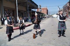 Galveston, TX/USA - 12 06 2014: Los hombres vestidos como músicos escoceses tocan la arpa en Dickens en el festival del filamento Foto de archivo