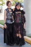 Galveston, TX/USA - 12 06 2014: Os pares de mulheres vestiram-se no estilo do vintage em Dickens no festival da costa em Galvesto Foto de Stock