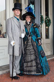Galveston, TX/USA - 12 06 2014: Os pares de sorriso vestiram-se no estilo vitoriano em Dickens no festival da costa em Galveston, Fotografia de Stock Royalty Free
