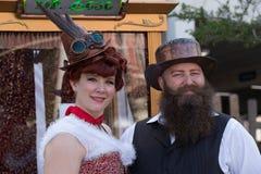 Galveston, TX/USA - 12 06 2014: Os pares vestiram-se no estilo do vintage em Dickens no festival da costa em Galveston, TX Fotografia de Stock Royalty Free