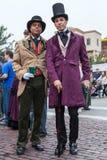 Galveston TX/USA - 12 06 2014: Par av iklädd viktoriansk stil för män på tusan på trådfestivalen i Galveston, TX Royaltyfri Bild