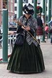 Galveston, TX/USA - 12 06 2014: Signora si è vestita nello stile vittoriano che manda un sms sul telefono a Dickens sul festival  Fotografia Stock