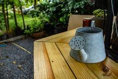 Galwanizować puszki Irygacyjna woda na stole zdjęcie stock