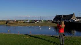 Galway Claddagh is een populaire plaats in de zomer stock footage