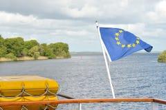 Galway flod Corrib, Connacht, Irland Juni 2017, euroflagga in Royaltyfri Bild