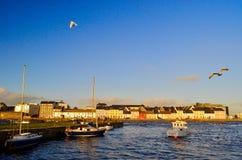 Galway, Ireland Casas coloridas pelo porto imagens de stock
