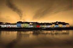 Galway Irland, det långt går, färgrika hus Royaltyfri Fotografi