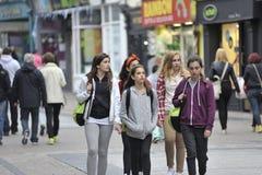 Galway Irland Juli 2017, grupp av Erasmus Students Walking dow Arkivfoton