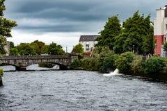 GALWAY, IRLANDA - 22 DE AGOSTO DE 2017: Arquitetura do centro da cidade da Irlanda de Galway Fotos de Stock Royalty Free