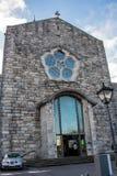GALWAY, IRLANDA - 18 DE FEBRERO DE 2017: Vista de la fachada de Roman Catholic Cathedral de nuestra señora Assumed en cielo y el  fotografía de archivo