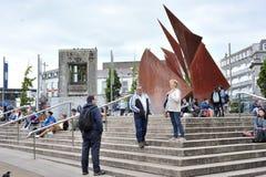 Galway, Irlanda junho de 2017, pessoa que pendura para fora no quadrado de Eire fotos de stock