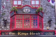 GALWAY, IRLANDA 06 02 Vista delantera 2018 del entranc de la barra de la cabeza del ` s del rey imágenes de archivo libres de regalías