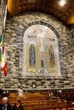 GALWAY, IRLANDE - 18 FÉVRIER 2017 : Les gens priant à l'intérieur de Roman Catholic Cathedral de notre Madame Assumed dans le cie photo stock