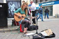 Galway shoppar gatan, Augusti 2016, den irländska flickan som spelar musik i a-St Royaltyfri Foto