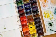 Gama de colores colorida de la caja de pinturas de la acuarela Fotografía de archivo
