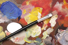 Gama de colores del artista con el fondo del cepillo de pintura Imagen de archivo libre de regalías