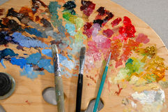 Gama de colores del artista con los cepillos Fotografía de archivo
