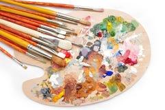 Gama de colores del artista con los cepillos Foto de archivo libre de regalías
