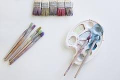 Gama de colores del artista con los cepillos Fotografía de archivo libre de regalías