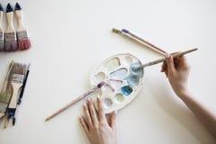 Gama de colores del artista con los cepillos Imagen de archivo libre de regalías