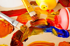 Gama de colores, pintura y cepillos del arte Foto de archivo libre de regalías