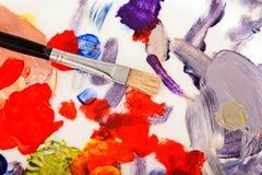 Gama de colores, pintura y cepillos del arte Fotos de archivo libres de regalías