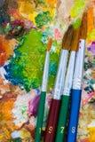 Gama de colores y brochas Fotos de archivo libres de regalías