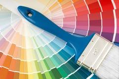 Gama de colores y cepillo de color Imágenes de archivo libres de regalías
