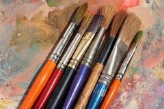 Gama de colores y cepillos de la pintura de StudioArt Imagen de archivo