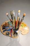 Gama de colores y cepillos del artista Foto de archivo
