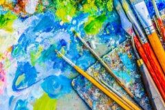 Gama de colores y cepillos del artista Imagen de archivo libre de regalías