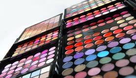 Gama de colores y cepillos del maquillaje Fotografía de archivo