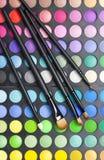 Gama de colores y cepillos profesionales del maquillaje Fotografía de archivo