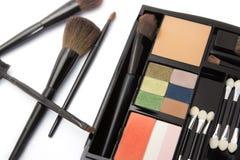 Gama de colores y cepillos profesionales del maquillaje Foto de archivo libre de regalías